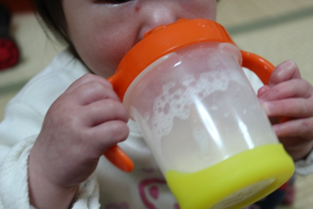 ミルク ませ アップ 方 飲 フォロー